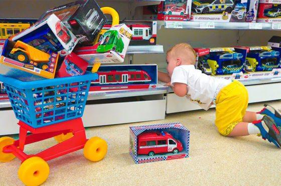 Der kleine Chris tut so, als würde er mit Spielzeug spielen – beste Videos mit kleinem Bruder